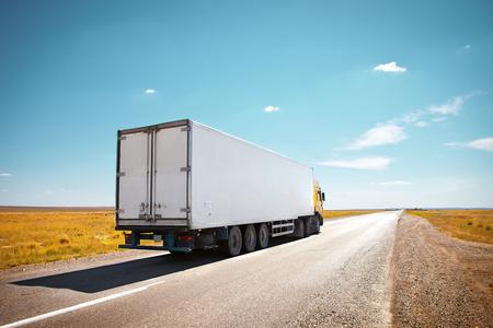 camión: camión en la carretera