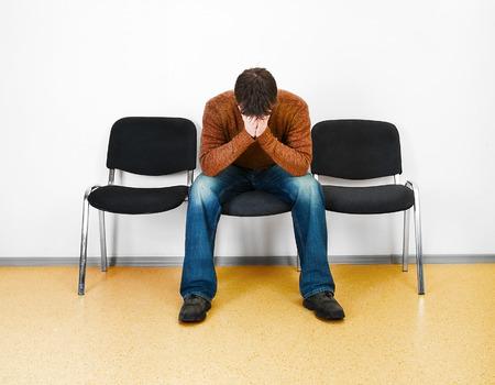 ansiedad: estresado hombre en una sala de espera