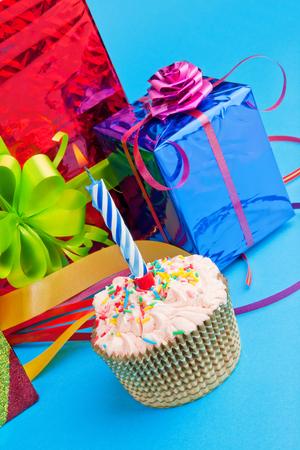 velitas de cumpleaños: cajas de la magdalena y de regalo Foto de archivo