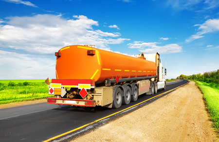 cami�n cisterna: cisterna de combustible