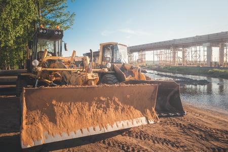Road construction machines. Front end loader, grader. Imagens