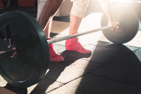 Eine Langhantel in einer Turnhalle zum Gewichtheben Standard-Bild - 94284356