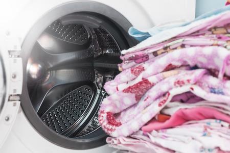Waschmaschine zum Waschen von Kleidung Standard-Bild - 91697775