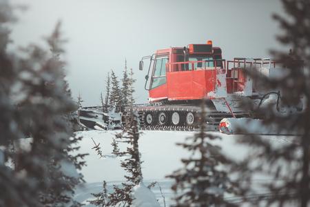 Snowcat in den Bergen Standard-Bild - 91601680