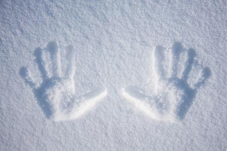 Hand print in snow Standard-Bild - 97061523