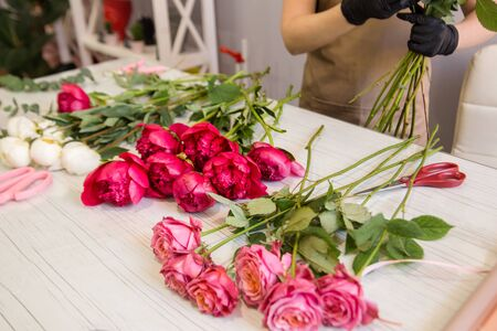 赤い牡丹は花屋のテーブルの上にあります