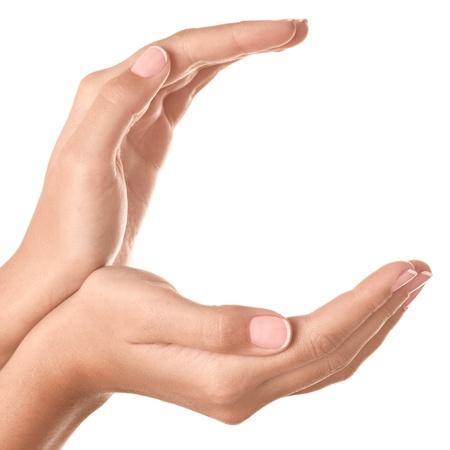 manos abiertas: Dos manos que protegen algo aislado en blanco