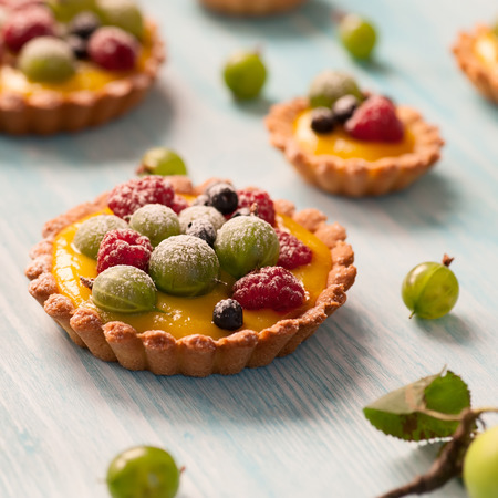 Delicious fruit tart made with raspberries, gooseberries and blueberries  Shallow DOF  Zdjęcie Seryjne