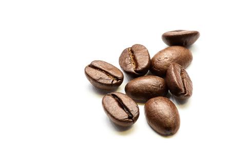 frijol: Primer plano de los granos de caf� tostado mont�n aislado en blanco. Estudio de un disparo.