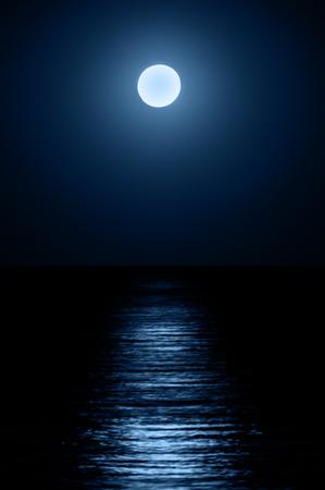 海面に映る月の反射。月明かりの下のパス。 写真素材