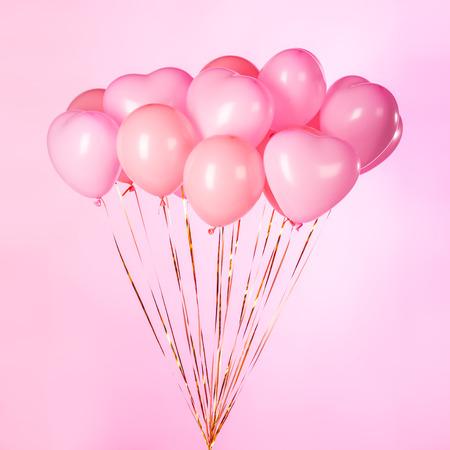 lazo rosa: Manojo de globos de fiesta de color rosa sobre fondo rosa. Foto de archivo