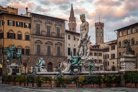 Statue of Neptune in the dusk on Piazza della Signoria, Florence (Italy) 스톡 콘텐츠