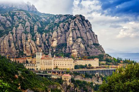 サンタマリア ・ デ ・ モンセラット修道院。バルセロナ、カタルーニャ州の近くの山の上の修道院
