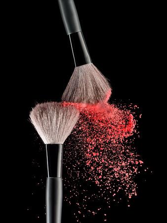Cepillo del maquillaje con rosa explosión de polvo en el fondo negro Foto de archivo - 36085971