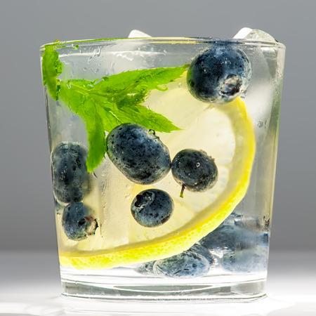 bebidas alcohÓlicas: Limonada del verano con los arándanos, limón y menta.