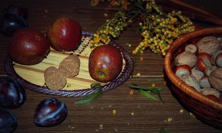 стиль жизни: Стиль жизни. Натюрморт. Осень. Фрукты и цветы на деревянный стол