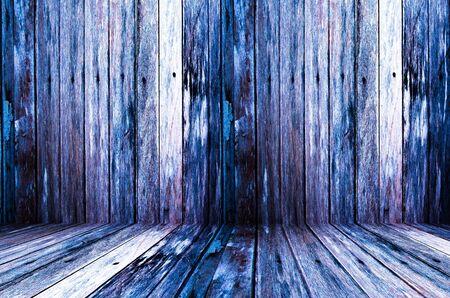 verdunkeln: Hintergrund von einem alten Naturholz dunkeln Raum mit chaotisch und Grunge geknackt Baum Stock Buche Textur innerhalb vintage vernachl�ssigten und verlassenen l�ndlichen warmen Innenraum mit weichen Schatten, schmuddelig, tr�ben Licht