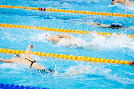 nageurs nager dans une piscine