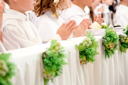 holy communion: ni�os que aceptar la primera comuni�n  Foto de archivo