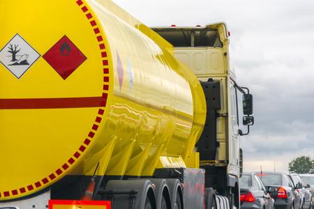 réservoir de carburant jaune debout dans un embouteillage