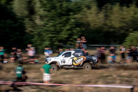 superdirecta: Szczecin, Polonia. 28 de agosto de 2015. Toyota Hilux Overdrive conducido por Martin Kaczmarski y Tapio Suominen. La primera etapa de la Lotto Baja Polonia 2015