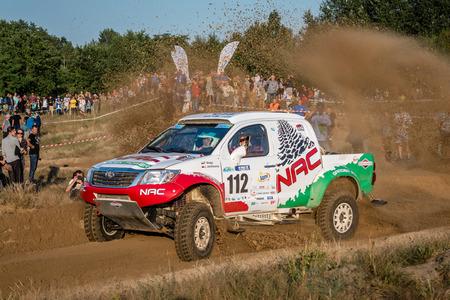 superdirecta: Szczecin, Polonia. 28 de agosto de 2015. Toyota Hilux Overdrive impulsado por Pawel Molgo y Janusz Jandrowicz. La primera etapa de la Lotto Baja Polonia 2015 Editorial