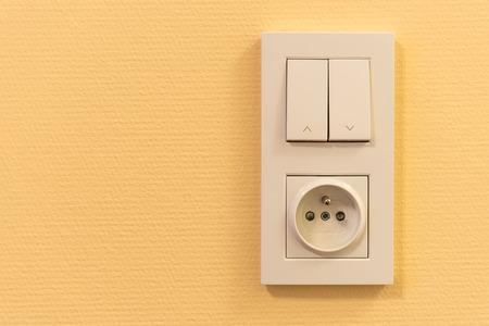 enchufe de luz: interruptor de la luz y el zócalo en el marco en la pared