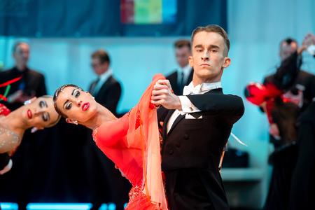 Kolobrzeg - 27. Februar: Konkurrenten langsamen Walzer an der polnischen Meisterschaft in der Gesellschaftstanz Standard tanzen am 27. Februar, 2016 Kolobrzeg, Polen Editorial