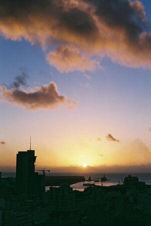 vacance: Veduta di una citt� al tramonto da una collina Archivio Fotografico