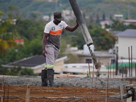 Cemento di colata sul tetto dell'edificio in costruzione