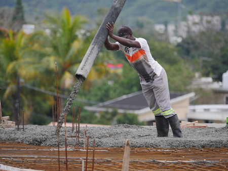 Pouring cement on roof of building in construction Archivio Fotografico - 135504405
