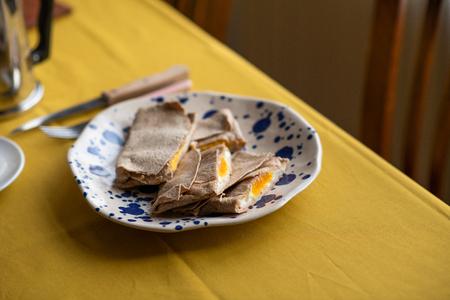 wholewheat breakfast tortilla, stuffed with ham, cheese and eggs 版權商用圖片