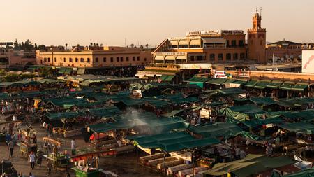 La célèbre place Jamaa el Fna à Marrakech, Maroc. Jemaa el-Fnaa, Djema el-Fna ou Djemaa el-Fnaa est une célèbre place et place du marché dans le quartier de la médina de Marrakech. Coucher de soleil coloré. Éditoriale