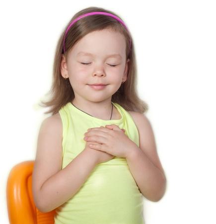 prayer hands: Preghiera della bambina su sfondo bianco
