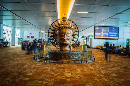 델리 국제 공항에서 큰 황금 동상과 2016 년 9 월 18 일에 군중. 인디 라 간디 국제 공항은 세계에서 32 번째로 바쁜입니다.