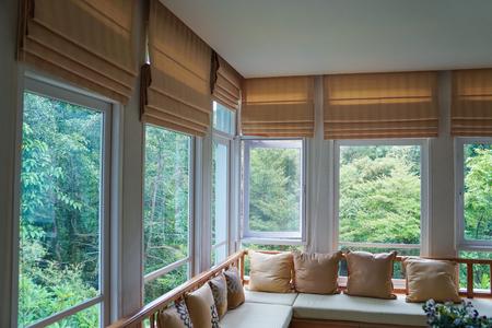 Rideau d'ombrage aveugle romain brun arbre forêt montagne fond salon Banque d'images