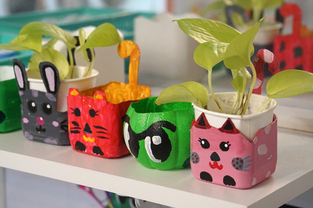 art and craft design kid toys from recycle materials Foto de archivo