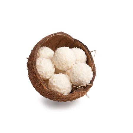 truffe blanche: truffes au chocolat blanc dans une bo�te de moiti�s de noix de coco isol� sur fond blanc Banque d'images