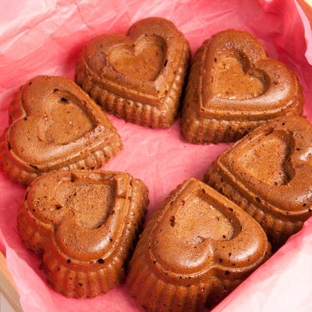 desayuno romantico: Muffins en forma de coraz�n aislado en un fondo blanco Foto de archivo