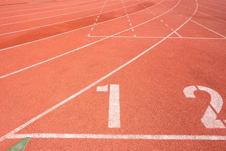 mujer deportista: Ejecución de fondo de pista Foto de archivo