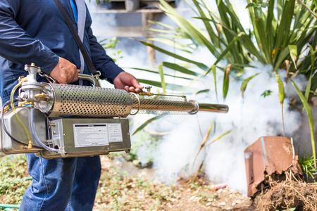 fumigador: Fumigar mosquitos en el hogar para protecci�n contra los mosquitos