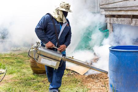 fumigador: Fumigar mosquitos en el hogar para protección contra los mosquitos
