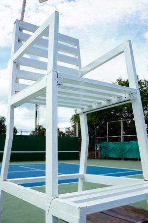 comité d entreprise: surface du court de tennis bleu et vert, balle de tennis sur le terrain. Banque d'images