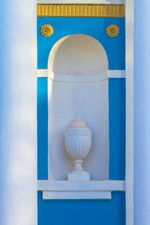 moulding: Stucco moulding planter in a alcove
