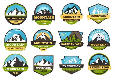 Emblemi di spedizione in montagna. Etichette da viaggio all'aperto, emblema adesivo per escursioni in montagna e set di illustrazioni vettoriali per badge da campeggio estivo Vettoriali