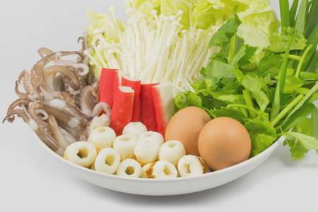 combinations: Sukiyaki, mixed vegetables,combinations are set on a plate.