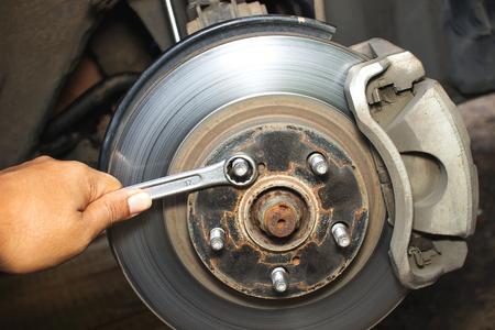 frenos: Han hombre reparaci�n de frenos para coches
