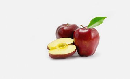 manzana roja: superficie brillante manzana roja en blanco Foto de archivo