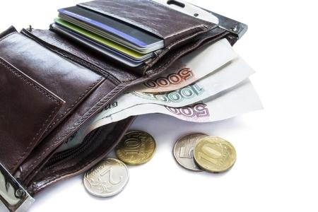クレジット カードとルーブル硬貨の異なる値の紙幣と革財布を開いた