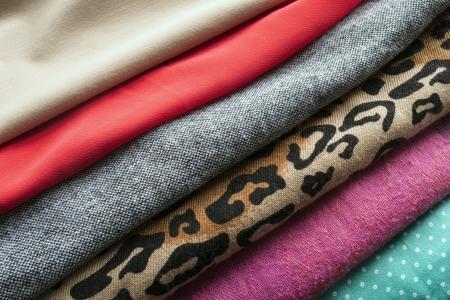 Mucchio di tessuti di diversi colori e texture primo piano Archivio Fotografico - 25097028